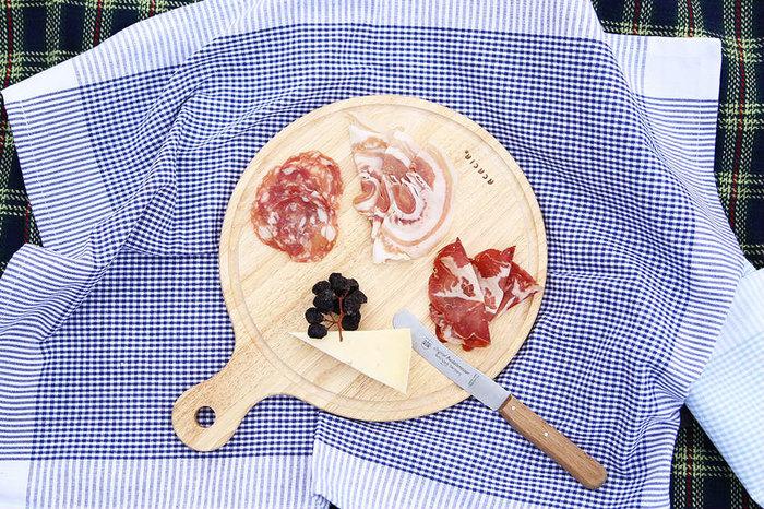 「ACACIA」の丸型カッティングボード。形もサイズ感もとっても可愛い♪食材を盛り付けるだけで、バルのような雰囲気になります。素材はエコなラバーウッドです。