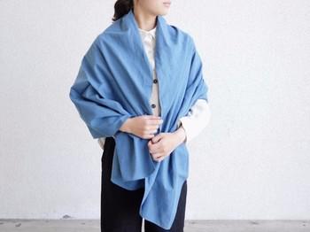 透き通ったブルーが上品さを生む、柔らかな手触りのストール。大判なストールにありがちな重たい印象はなく、生地の良さで軽やかに羽織れます。  白黒コーデも、このストールで明るく夏らしい雰囲気に。