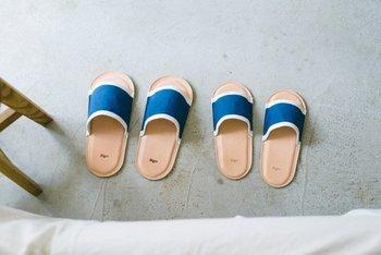 藍染めされた涼感たっぷりなスリッパです。おうちの中でも藍染めのものを使って、見た目を涼しく夏っぽさを演出。 おうち着コーデは適当になりがちですが、足元をこだわるとお洒落度が上がりそうですね。