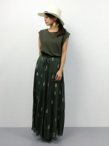 ペイズリーの刺繍があしらわれたスカートに合わせて、カーキのトップスを。独特な雰囲気を漂わせる大人ボヘミアンスタイルです。さりげなく身に着けたピアスも素敵ですね。