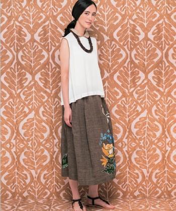 ハワイの植物をモチーフに、美しく刺繍を施したロングスカート。コットン素材なので、通年着られるアイテムになります。ナチュラルでフェミニンな雰囲気を満喫して。