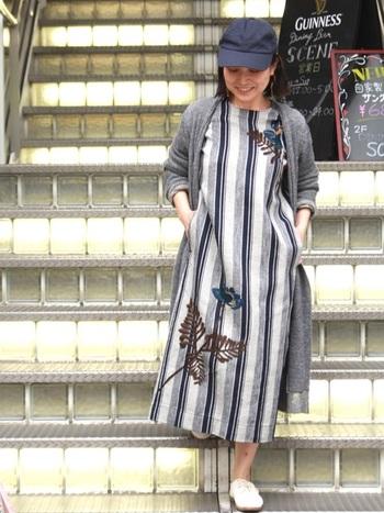アロハ柄の定番プルメリアの刺繍が大きく施されたワンピースです。さりげなくアロハの空気を纏って。