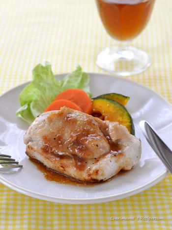 あっさりとした鶏むね肉は、夏にも食べやすいですね。こちらは、しっとり感を残したレモン鶏の蒸し焼き。レモンのスライスをのせると、より見た目が爽やかになりますよ。