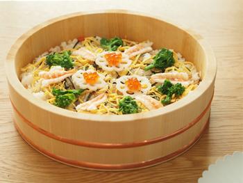 酢飯を作るとき、熱々ご飯にお酢をいれたらびしょびしょになってしまう。そんな経験ありませんか?飯台で作るとうまくいきます。酢の状態はほどよく、見た目はぴかっと光る美味しそうな仕上がりに。ちらし寿司を作ったら、この美しい飯台ごとテーブルに並べたいですね!