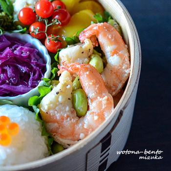海老と枝豆のきれいな色のコントラスト、爽やかレモンとガーリックの風味など、簡単なのに夏にうれしいポイントがいろいろ。定番にしたいおかずメニューですね。