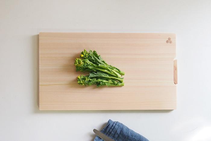 """まな板の王道""""ひのきのまな板""""です。檜(ひのき)の中でも四国 四万十ひのきは、日本でも有数の油の含有量が多い木。「水切れよし、乾燥に強い、耐久性がいい、カビや雑菌が繁殖しにくい。」と良いとこだらけ。最強のまな板と言ってもいいかもしれません◎  プラスチックのまな板と違って、食材を切る時の音も心地いいですよね。"""
