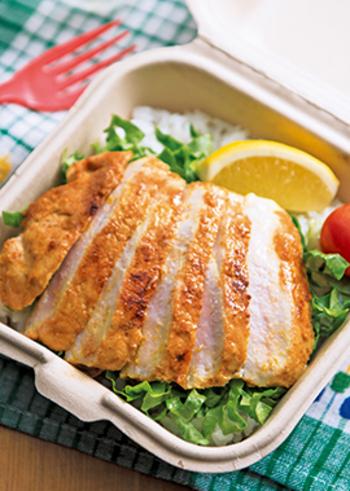 ボリュームのあるお肉も、とても食べやすくなるタンドリーポーク。カレー風味は、夏の食欲を無条件にアップさせてくれますね。暑い季節には、彩り鮮やかな加熱野菜とともに。