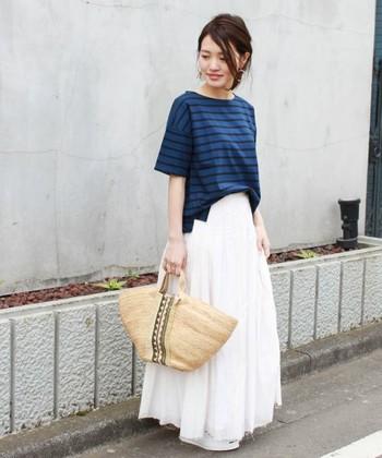 ボーダーTシャツとロングスカートのフェミニンコーデ。ボートネックを選ぶと上品な印象に。ネイビー×ホワイトで爽やかな色のコントラストを楽しんで。