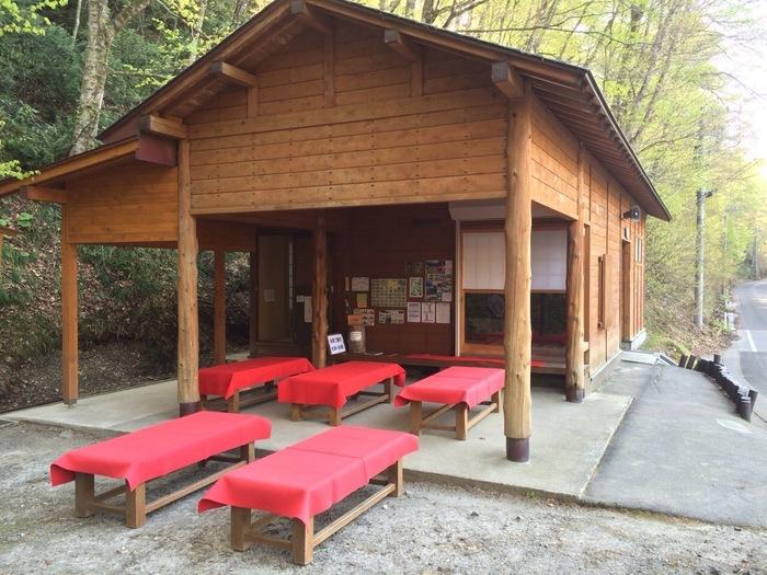 沸壷の池近くには、茶屋「十二湖庵」があります。お茶とお菓子をいただきながら、十二湖庵で、湖沼めぐりによって疲れた足を休めてみるのもおすすめです。