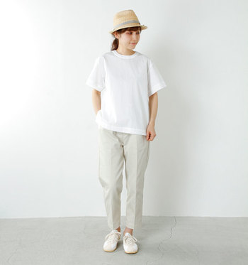 ホワイトでまとめた爽やかなワントーンコーデ。カジュアルなパンツスタイルも、白スニーカーが品よくまとまります。
