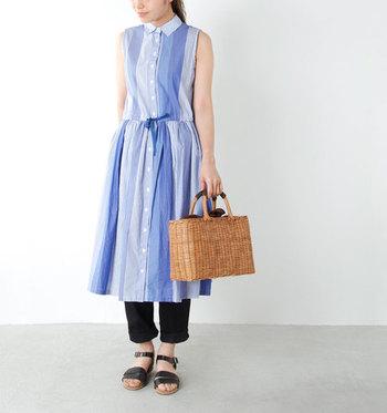 爽やかなブルーのワンピースにかごバッグを合わせた涼しげなスタイリング。きちんと感のマルチストライプ柄のシャツワンピースには、かっちりとしたスクエアタイプのかごバッグが好相性◎
