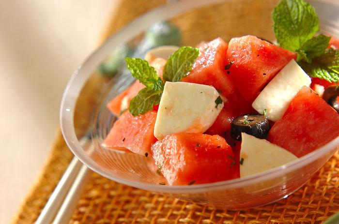 モッツァレラチーズと合わせてサラダに!ドレッシングに刻んだミントを入れるので、清涼感のある後味。