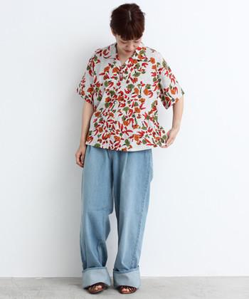 あさがおが咲き誇る和柄デザインが素敵なアロハシャツ。レーヨンが定番ですが、シルク混素材でハリとツヤのある雰囲気は大人っぽく着られます。