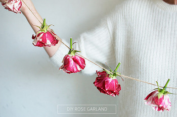 生花のガーランド。バラの花をつなげて、香りも楽しめるガーランドに!