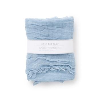 麻と綿の生地を洗い加工をかけた手ぬぐいは肌触りが魅力。夏場のちょっと首元が寒い時や汗ばんだ時、さっと巻いたり拭いたりして使えるのが嬉しいポイント。