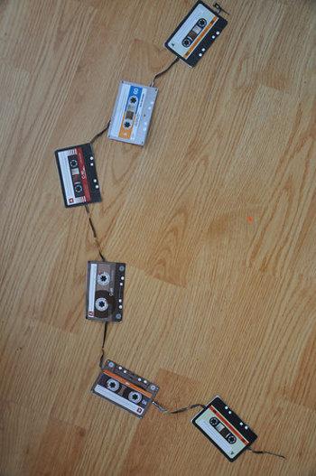 カセットテープのガーランド!?今は見なくなったカセットテープですが、おうちにもし余っていたらぜひぜひ作ってみてください。