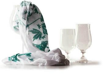 柔らかで水吸いの良い手ぬぐいはガラスを拭くのにも◎。薄手なので口の細いグラスにもさっと使えます。