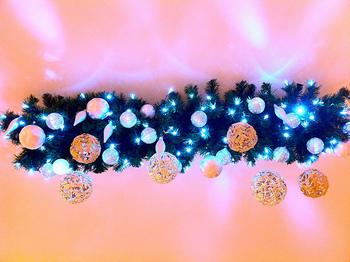 オーナメントと電球のガーランド。いつもはクリスマスツリーに飾るだけのオーナメントや電球、一年に一度だけの出番じゃもったいないですよ。こんな風につなげればきらきら素敵なガーランドにもなっちゃいます!