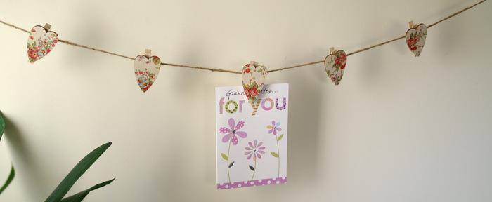こちらは、木のピンチを使った簡単DIY!色を塗ったり好きな布や紙などを貼って麻ひもに挟むだけで、誰でも簡単に作ることができます。こんな風にお気に入りの写真やポストカードを飾るのも素敵ですね。