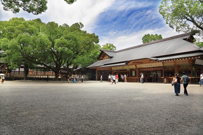 地元の人に「熱田さん」と呼ばれ親しまれる、熱田神宮。三種の神器の一つ「草薙神剣」を祀る神社として有名です。パワースポットとしても評判の高いスポットなので、ぜひ立ち寄ってみてくださいね。