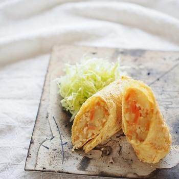 残ってしまった肉じゃがをコロッケに…というリメイクは定番ですが、こちらのレシピはパン粉の衣の代わりに、油揚げを代用。衣作りも簡単なので、リメイクレシピにもピッタリです。