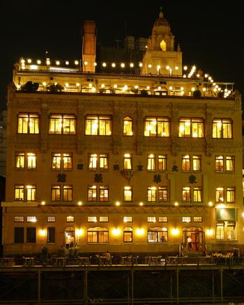 夜になると、窓の明かりが幻想的な雰囲気を醸し出します。レトロなエレベーターを上がって、歴史のあるレストランで中華料理をいただけます。夏にはビアガーデンも楽しむことができるんです。