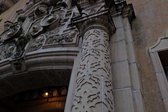 入り口の装飾は厳かな雰囲気。東華菜館の建物は登録文化財に指定されており、日本最古のエレベーターがあることでも有名です。