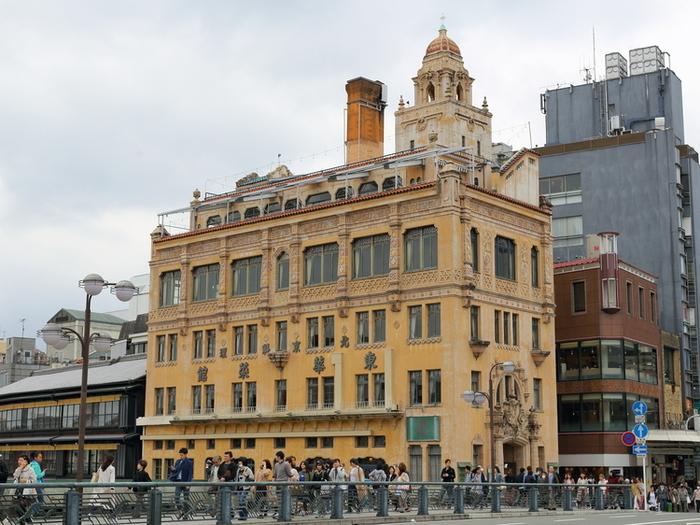 京都の中でも人通りの多い四条通。四条大橋の角に東華菜館はあります。大正15年にウィリアム・メレル・ヴォーリズ氏により建てられた洋風建築です。