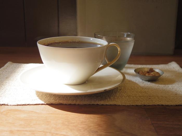 注文を受けてから一杯ずつ丁寧に淹れるコーヒーはファンが多く、人気のケーキは お昼過ぎに売り切れてしまうことも。