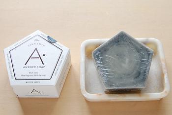 炭を使った石鹸は自然素材でありながら肌の老廃物を吸着してくれます。皮脂によるテカリも防止してくれて見た目もモノトーンでかっこいいので、男性への贈り物にも良さそう。