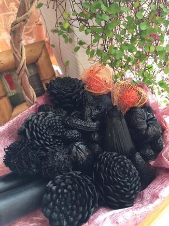 こちらの「炭花」は、「飾り炭」とも呼ばれ、木の実、葉、様々な果物を炭化させて作った炭で、美しい姿を長く楽しめます。脆いので、取り扱いには注意が必要ですが、眺めているだけで心も落ち着いてくるから不思議。