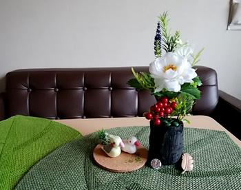 炭の器に、お花を飾るのも素敵です。炭の黒がお花の色を引き締めてくれますね。