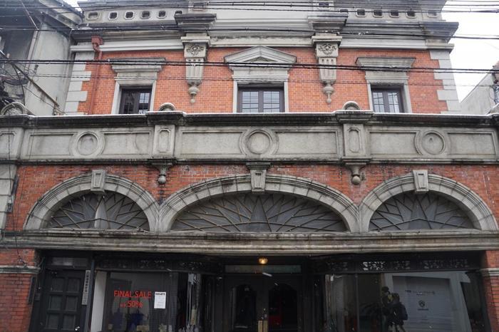 三連になっているアーチが印象的な建物です。国の登録有形文化財となっています。創建当時は時計店が営まれていましたが、現在はアパレルなどの店舗となっています。