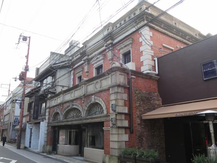 レトロな洋館が並ぶ三条通。明治時代に創建された煉瓦造2階建の家邊徳時計店があります。煉瓦造りの洋風店舗としては日本最古のものです。