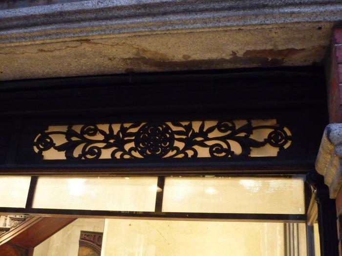 洋風建築の中に、ほんの少し和を感じさせる装飾が入っているのもポイントです。
