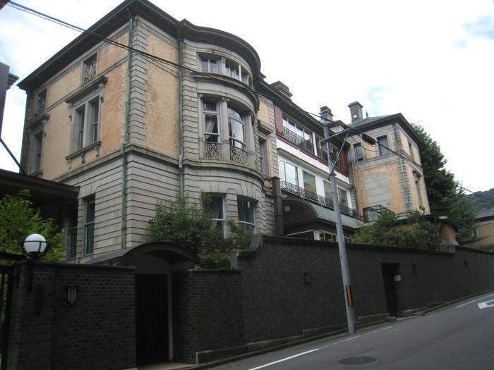 京都市東山区の円山公園の隣にある長楽館は、明治期にジェームズ・マクドナルド・ガーディナーにより迎賓館として設計されました。現在は、ホテルやカフェ、レストランとして利用されています。