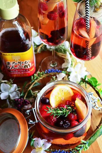 こちらはリンゴ酢×お水×お好きなフルーツをやハーブを入れて完成するノンアルコールカクテル。  グラスに浮かぶベリーがころんとしていてかわいらしいですね。 写真ではハーブにローズマリーが使われていますが、ミントを入れてもきれいに映えそうですよね。