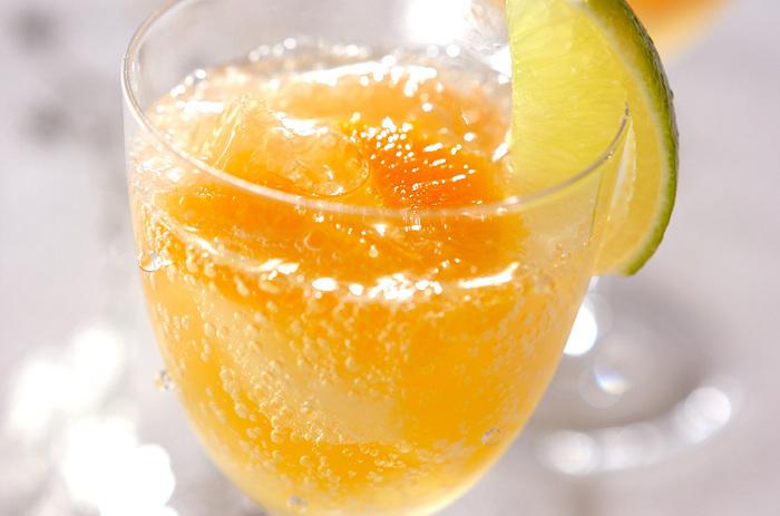 フルーツジュースを製氷機で凍らせて炭酸水をしゅわーっと注ぐ、目にも楽しいだけでなく音も楽しめる素敵なノンアルコールカクテル。  ジュースも数種類用意して、グラスの中の色を楽しむのも良い楽しみ方かも。 水の氷を使っていないため、味が薄まることがないのもグッドポイントです。