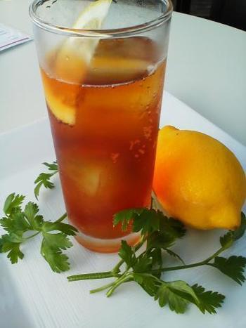 烏龍茶のレシピも気軽に作れるものでしたが、こちらの紅茶を使ったレシピは紅茶に炭酸をプラスするだけ。 お好みでベリーなどを入れても良い香りが楽しめそうです。