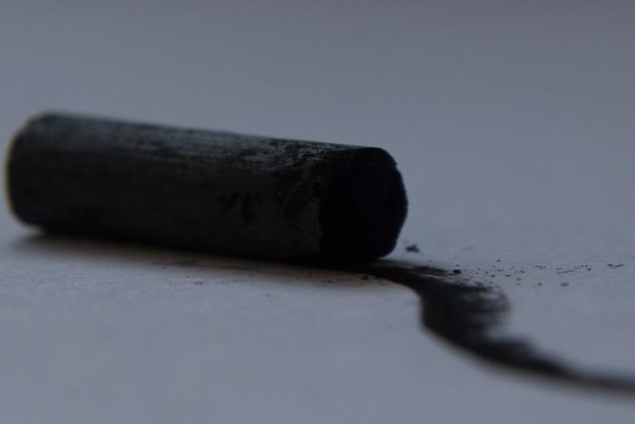 木炭がデッサンに使われるのは、色々な木でできた木炭です。木の種類によって硬さや粒子の細かさが色々あり、選びながら描きます。芯の部分はべたっとして描きにくいので芯抜きでくり抜いて使います。 鉛筆デッサンよりも濃い色で描けるだけでなく、紙の表面のテクスチャーを活かした表現ができます。