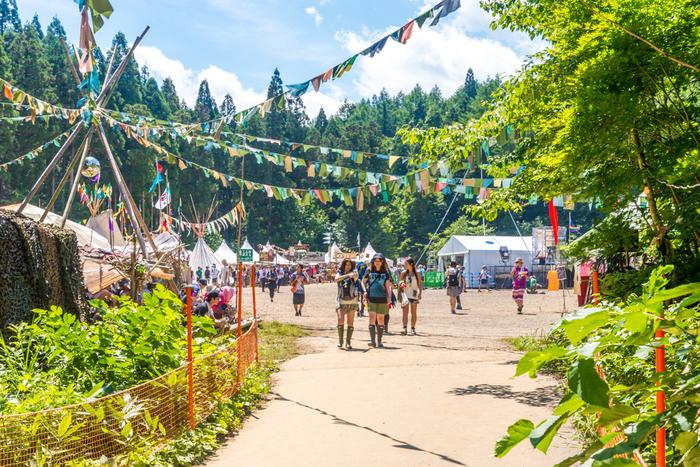 まずは、「ザ・夏フェス」といった気分を味わえる、さんさんと降り注ぐ太陽の下で夏フェスを楽しむ時のおすすめコーデをご紹介します♪