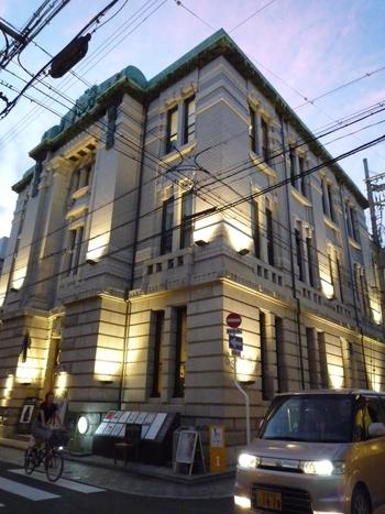 こちらも三条通沿いにある洋館です。SACRAビルは大正時代に建てられ、以前は不動貯金銀行の京都支店として使われていました。現在はリニューアルされ、ファッションビルとして利用されています。