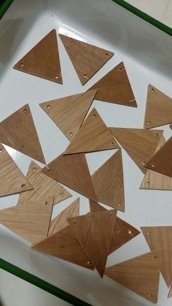 まずは、ベニヤ板を好きなサイズにカットして、2箇所穴を開けます。ベニヤ板やドリルなども、最近はホームセンターや100均などで簡単に手に入るので作りやすいですね。