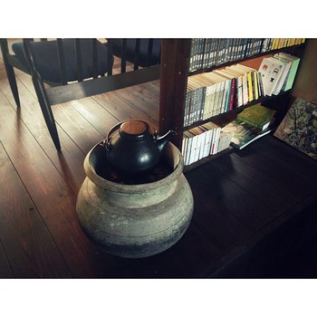 昔ながらの火鉢の燃料は炭です。現代ではめっきり見なくなった火鉢ですが、ぽってりとしたフォルムの火鉢はその佇まいも魅力的。お茶席でも火鉢でお湯を沸かすことがありますよね。