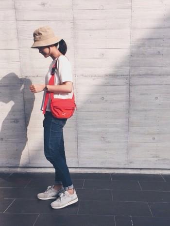 暑い日差しの下で楽しむので、帽子で日焼け&熱中症対策を!シンプルな白Tシャツとデニム、スニーカーにナチュラルカラーのハットと、差し色となるバッグを合わせて。
