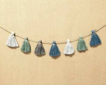 糸の素材を変えると一年中楽しめますよ!こちらはリネンの糸を使ったタッセル。爽やかな色合いで夏にぴったりですね。