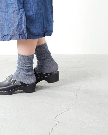 オーガニックコットンとリネンの靴下はどこまでもナチュラルで素朴な風合い。アースカラーがどんな服にもマッチします。