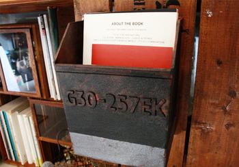 雰囲気のある外国のポストのようなボックス。こちらも100円ショップのアイテムで出来ています!ペンキでヴィンテージ加工や錆加工を施すだけで、クリアボックスがこんな素敵なアイテムに変身しちゃうのです。