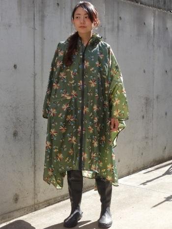 雨の日や足元がぬかるんでいる場所へは長靴で行くのもおすすめ。ポンチョと合わせれば完全防備!ポンチョに咲いたメキシカンフラワーは派手になりすぎないシックな雰囲気が大人っぽくて素敵♪