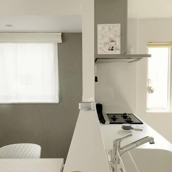 今回はナチュラルクリーニングとしておすすめの重曹とクエン酸で、キッチンのお掃除ポイント「コンロ・レンジ・シンク」周りのおすすめお掃除方法をご紹介します。